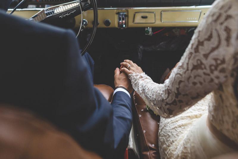 les mariés dans leur voiture ancienne
