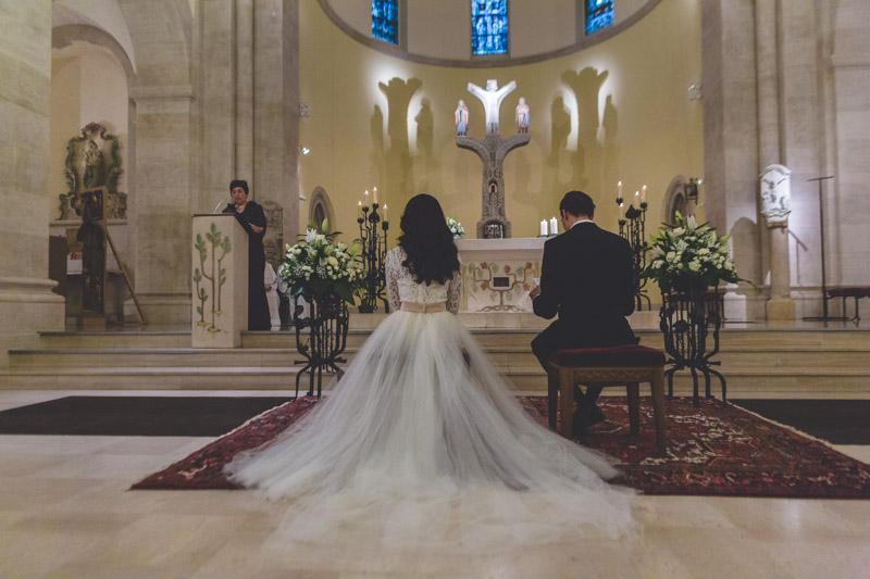 magnifique photo des mariés devant l'autel de la cathédrale au luxembourg