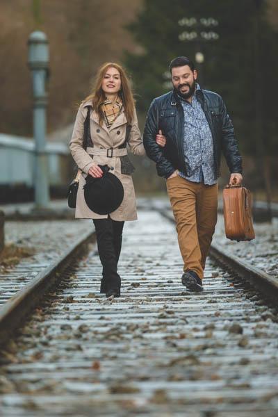 photo réalisée a l'aide d'un téléobjectif et montrant un couple de voyageur amoureux