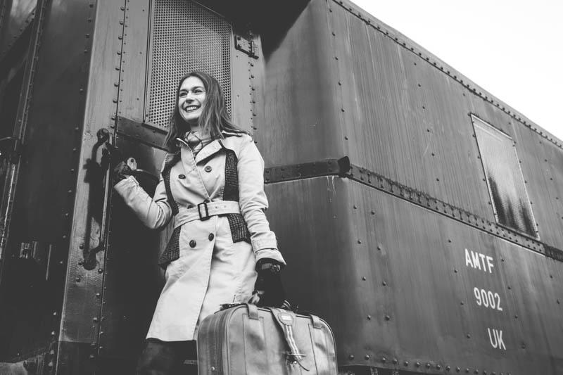la femme sourit à son homme lors du départ en train
