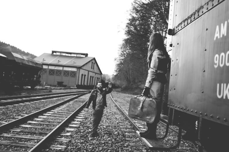 un homme court après un train au luxembourg