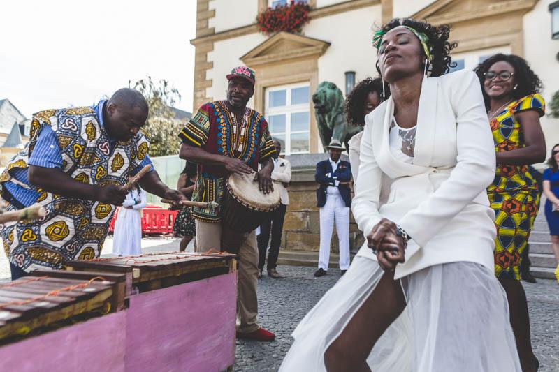 28 dancing in front of hotel de ville