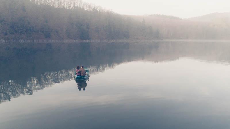 photographie d'un couple sur leur barque