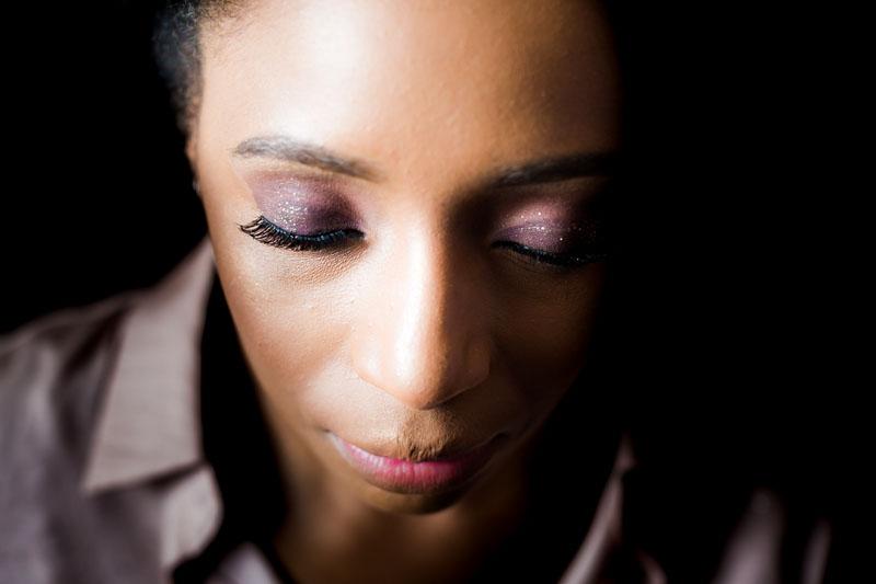 gros plan sur le visage d'une femme en lumière naturelle