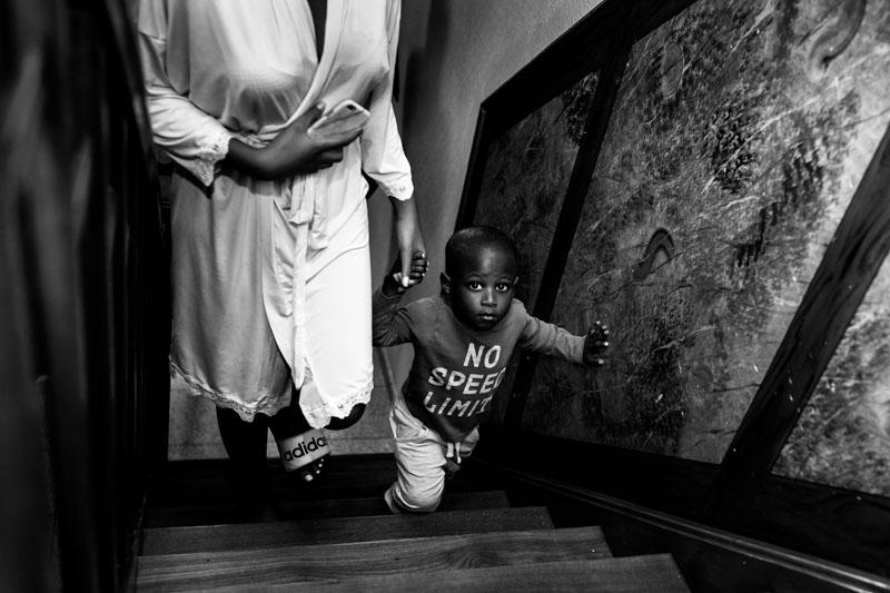 petit garçon qui monte les escaliers