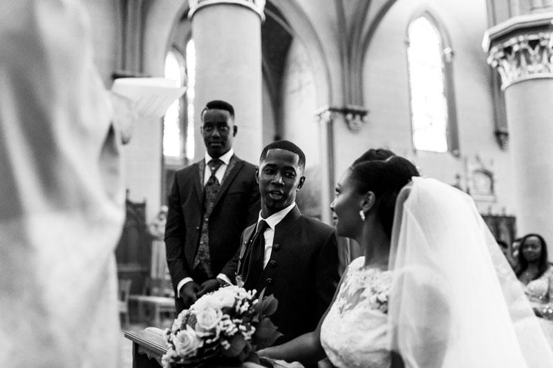les mariés devant le pretre
