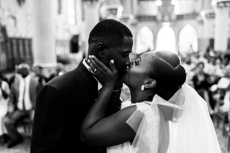 les mariés s'embrassent avec passion à la fin de la cérémonie