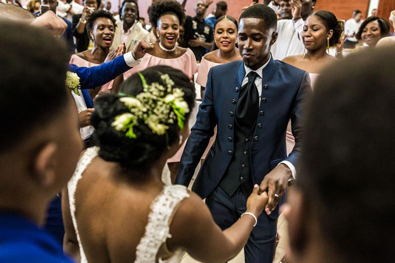 le photographe est en immersion pendant la première dance de ce couple cap verdien