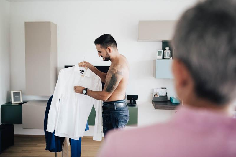 01 le marié prépare sa chemise