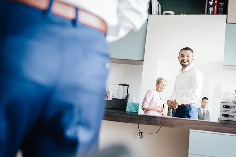 05 le marié s'admire dans le miroir