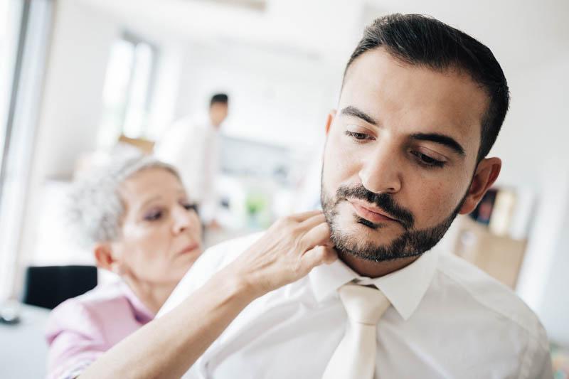 07 la maman du marié l'aide à ajuster sa cravatte