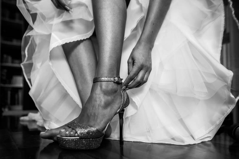17 la mariée lace sa chaussure