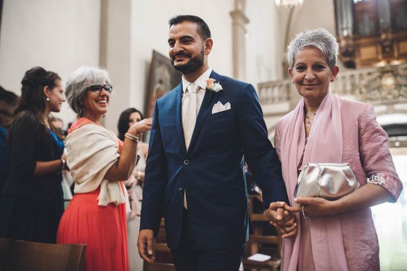 21 arrivée du marié au bras de sa maman