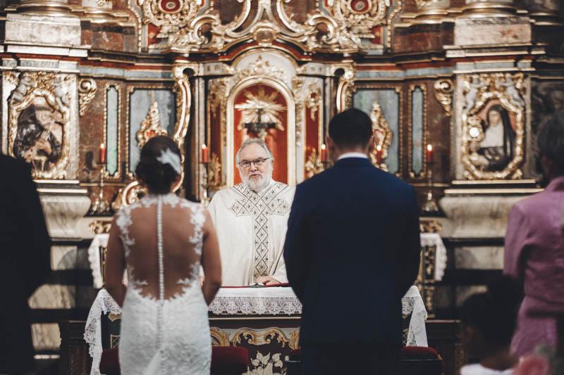 25 les mariés devant le prêtre