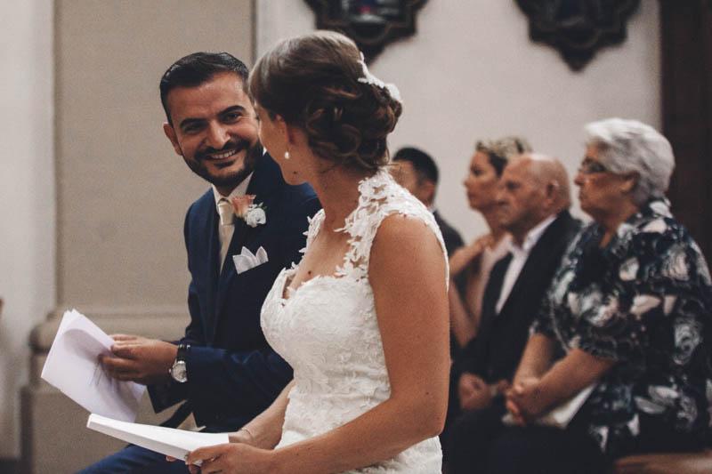 28 les mariés se jettent un regard complice
