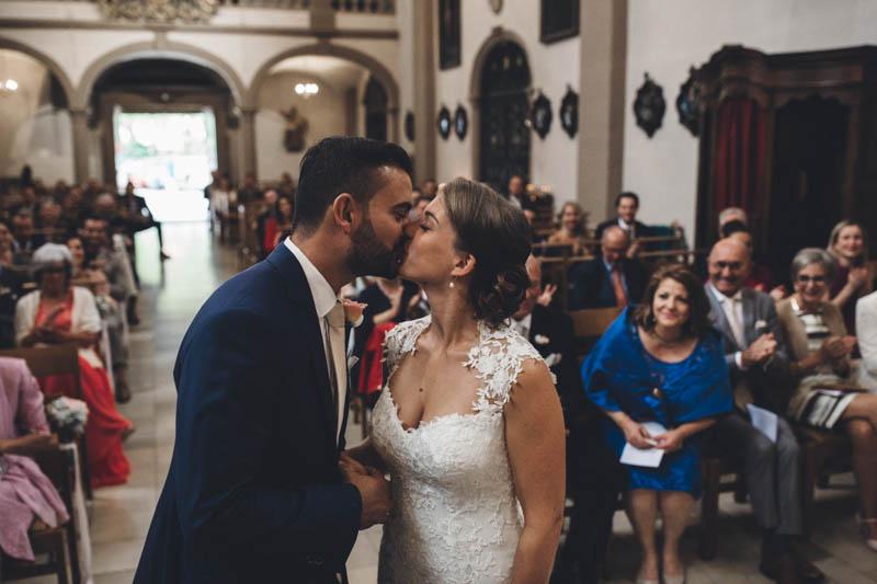 32 les mariés s'embrassent