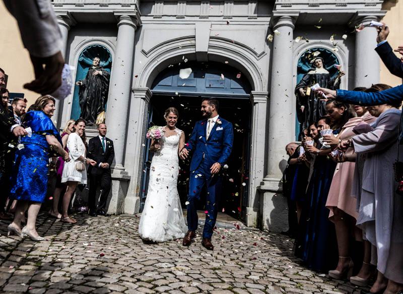 34 les mariés sortent de l'église et sont acclamés par leurs invités