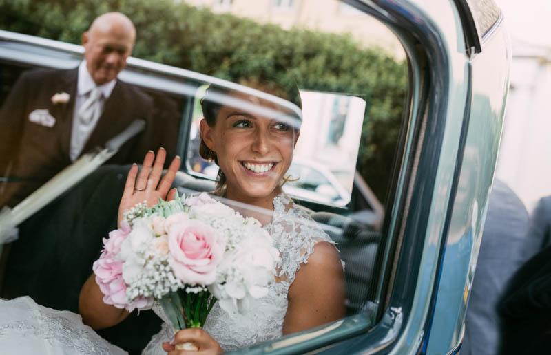 36 la mariée fait un signe à son papa depuis l'intérieur de la rolls