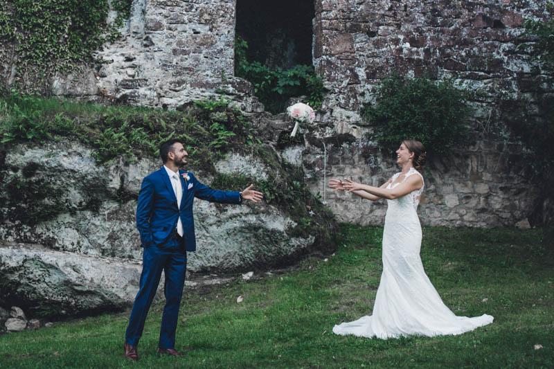 51 le marié lance le bouquet à la mariée