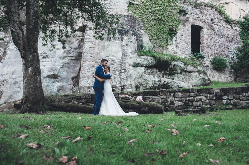52 les mariés posent sous un arbre