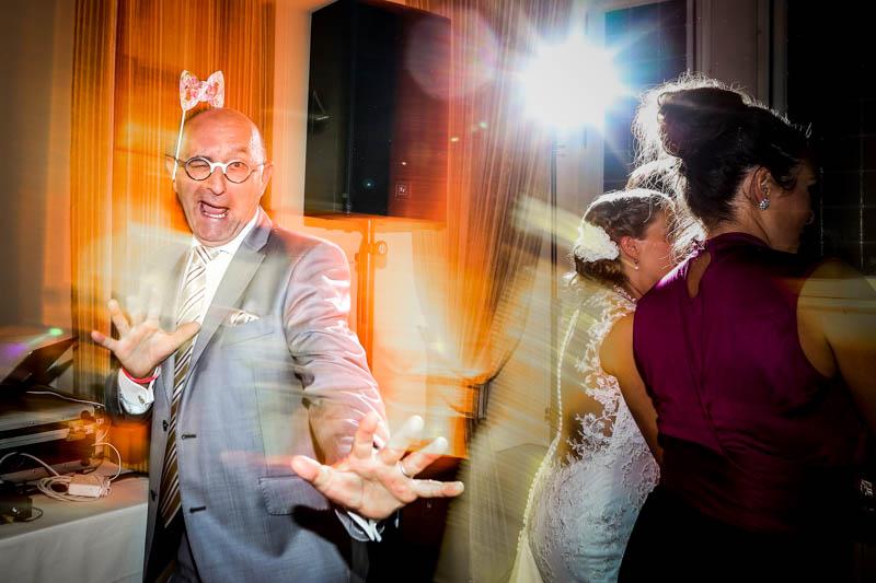 71 un homme danse pendant le mariage