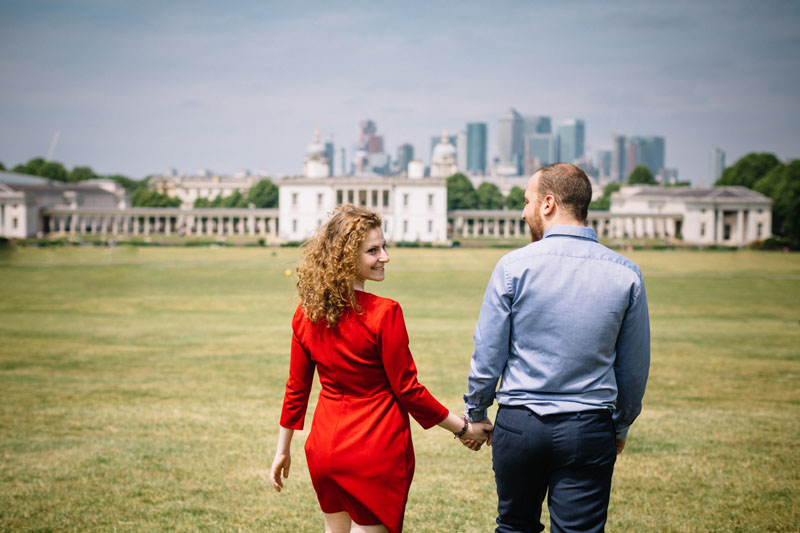 couple holding hands in greenwich park