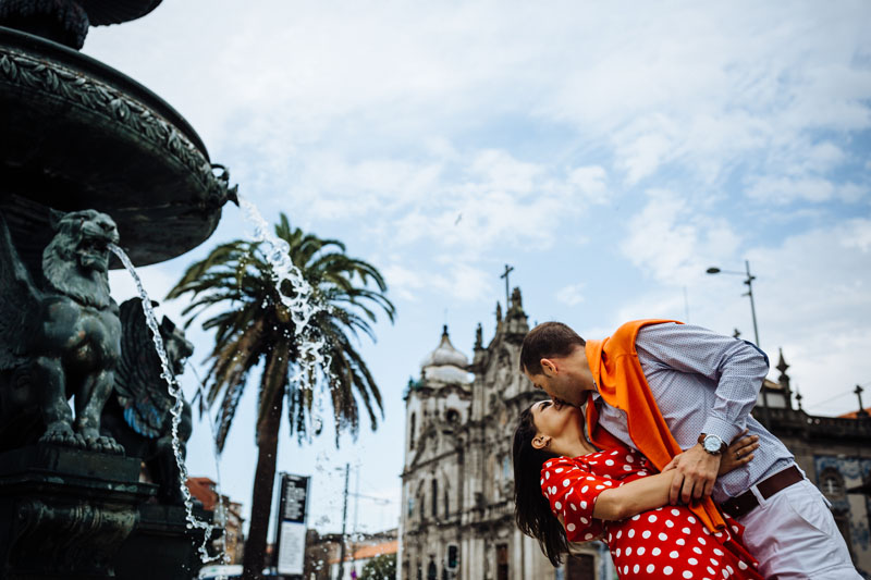 couple kissing in front of Fonte dos Leões
