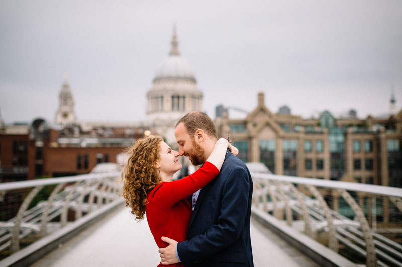 Engagement photography on the millenium bridge in front of Saint Paul in London