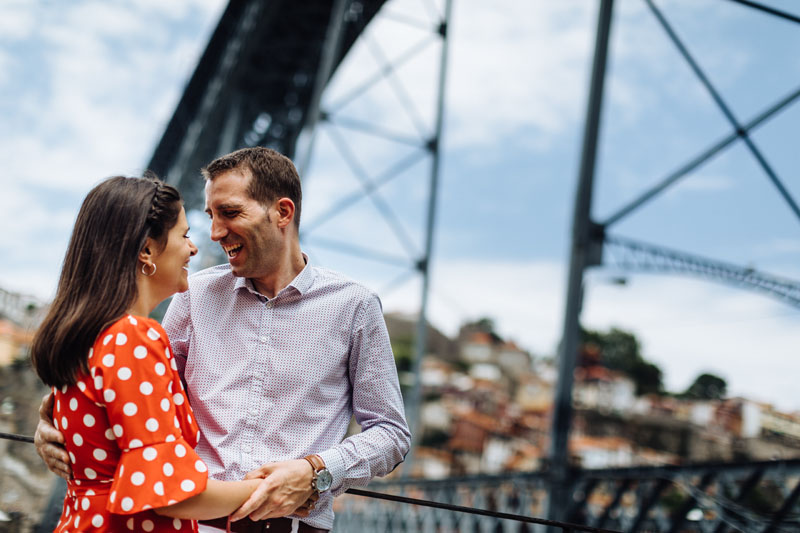 happy couple under Dom Luis bridge