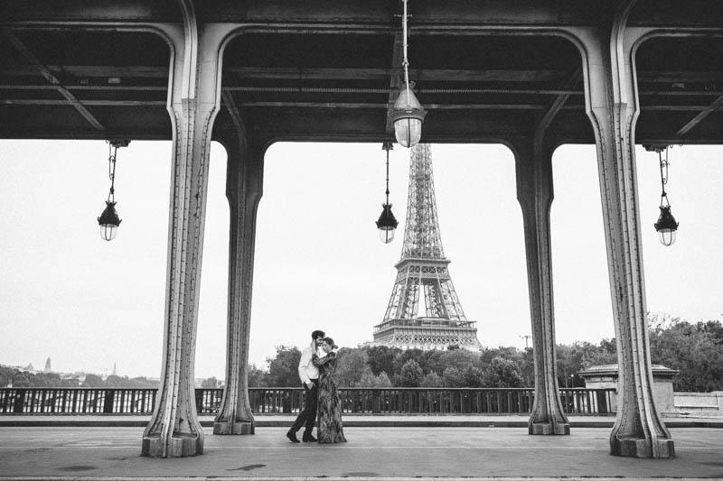 couple on Bir Hakeim bridge in front of eiffel tower