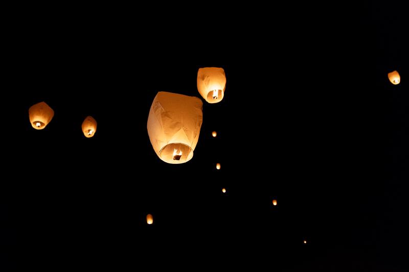 lanternes lumineuses dans le ciel de luxembourg