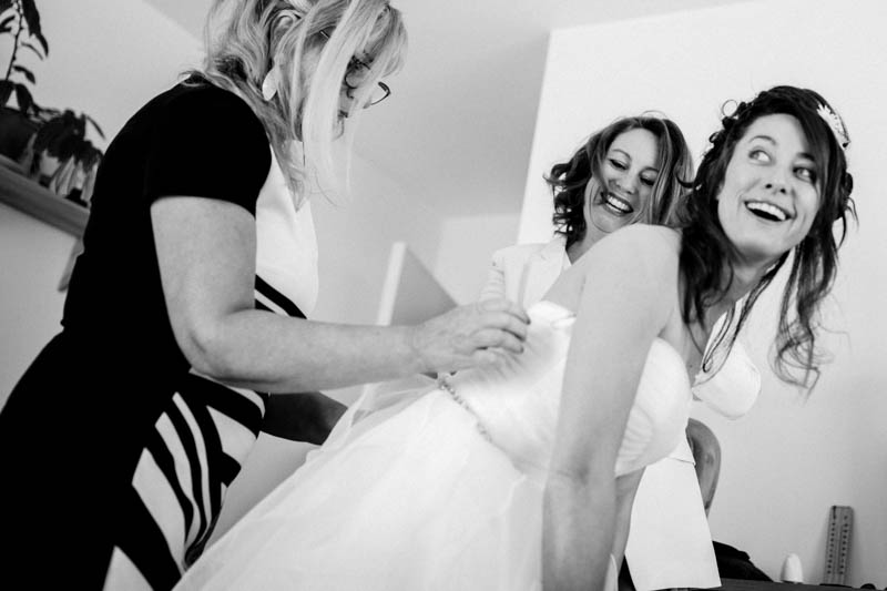 bride getting ready at her place in Nantes