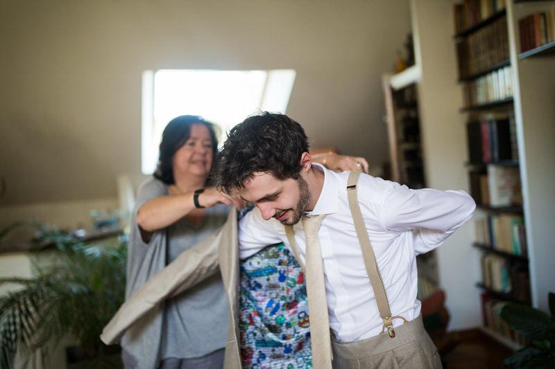 la maman du marié l'aide à s'habiller