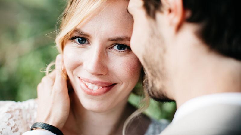 la mariée sourit au photographe