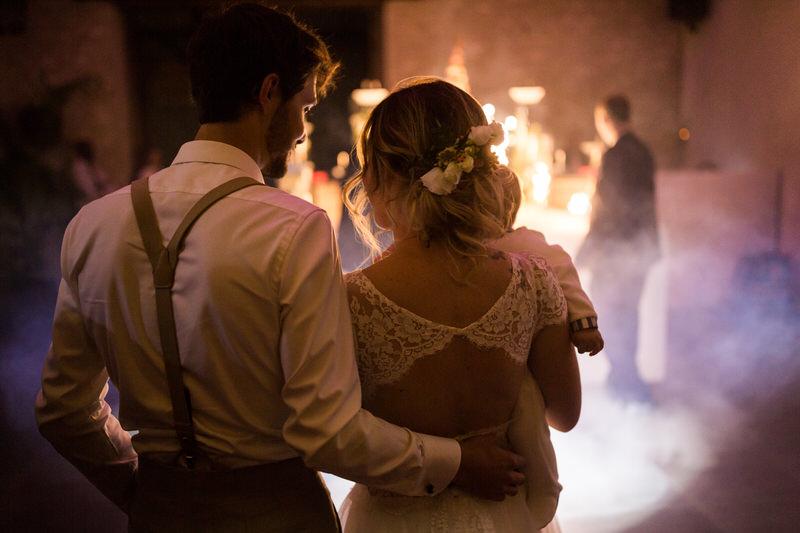 les mariés pendant l'arrivée du gateau
