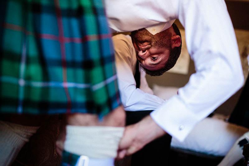 07 le marié ajuste sa chaussette