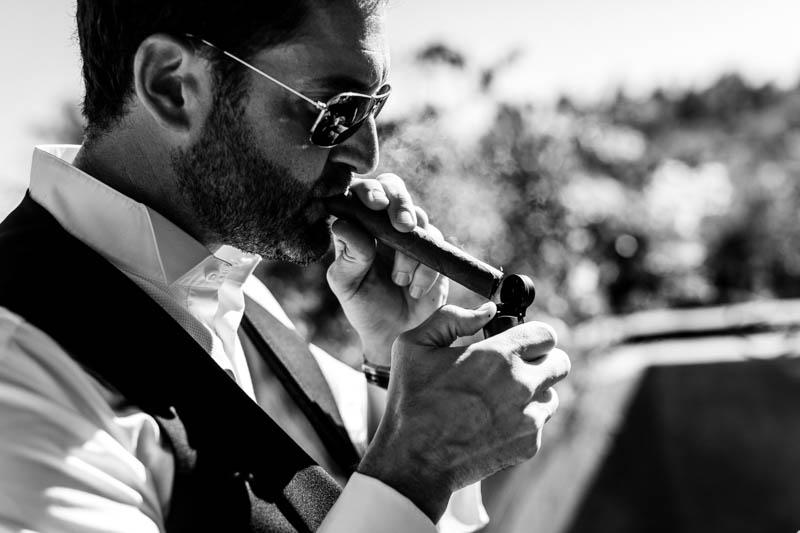 14 le marié allume un cigare