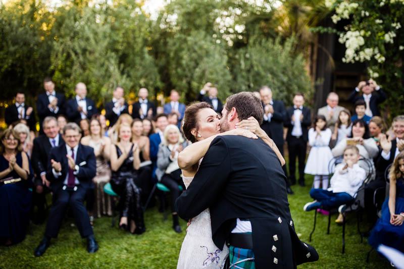 50 les mariés embrassent