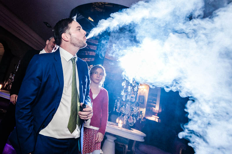 68 fumée de cigarette pendant soirée