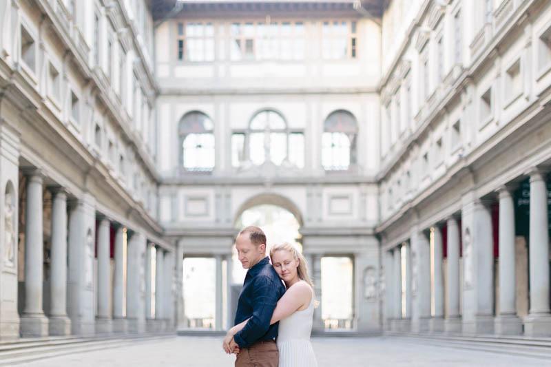 07 couple posant à Florence