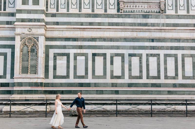 09 couple marche devant le mur au décoration de la renaissance