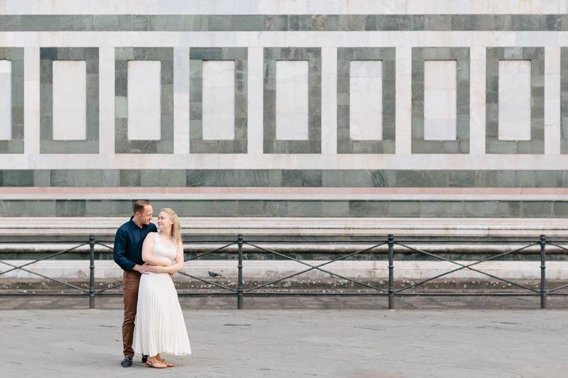 10 couple devant la basilique de Santa Croce di Firenze